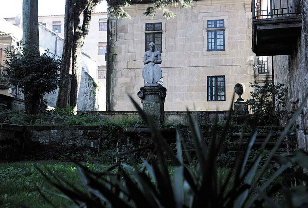 ESCULTURA DE NARCISO PEREZ EN LA TRASERA DEL MUSEO DE PONTEVEDRA