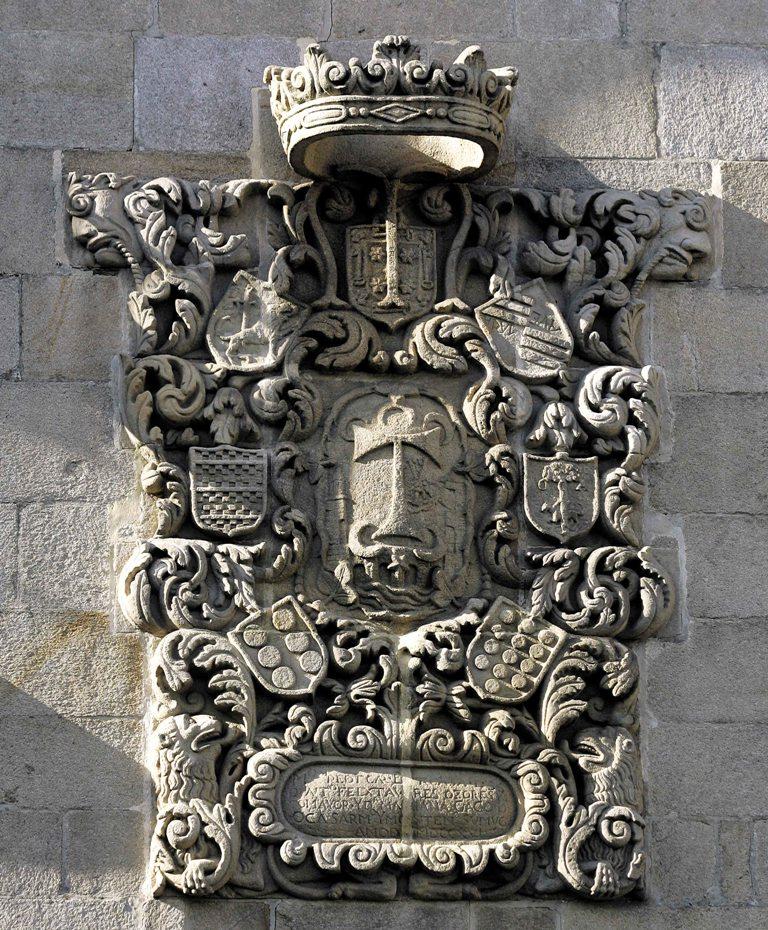 escudo en la plaza del teucro