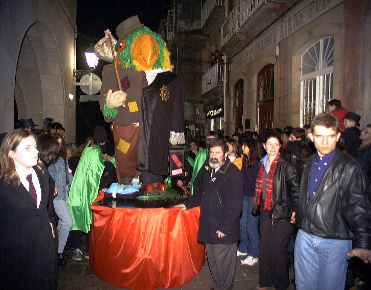 19. ENTERRO RAVACHOL 1999. DIARIO DE PONTEVEDRA. RAFA FARINA